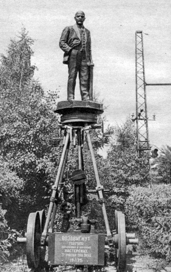 Уникальный памятник Ленину на железнодорожной дрезине (2 фото)
