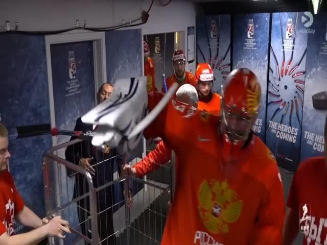 Вратаря хоккейной сборной России Василия Кошечкина вывезли на тележке