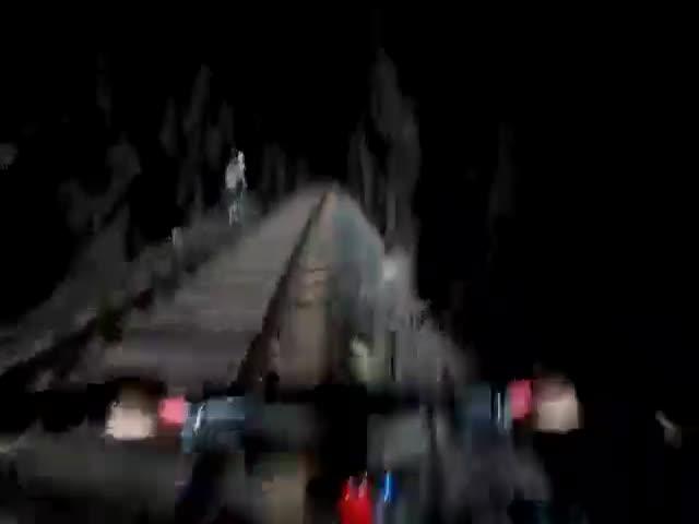 Бразильские велосипедисты спаслись от поезда в тоннеле