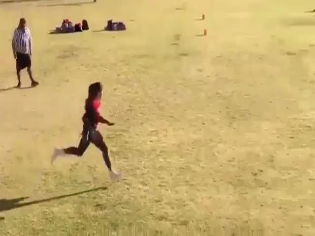 Ловкая девушка играет в регби