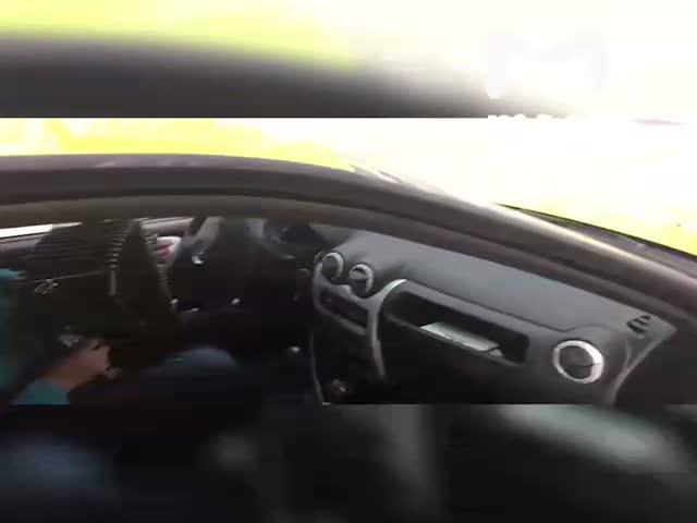 Московский таксист играет на баяне