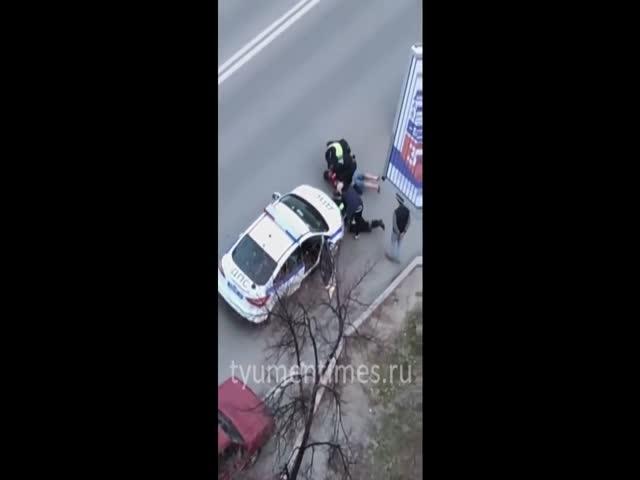 Пьяный водитель ударил в пах сотрудника ДПС