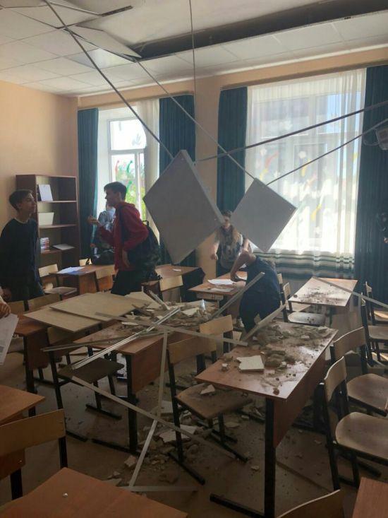 В подмосковной школе во время занятий обрушился потолок (3 фото)