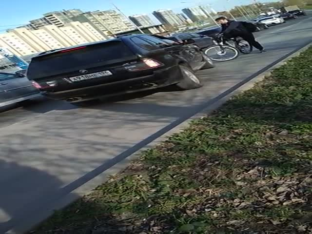 Водитель BMW переехал велосипед на тротуаре