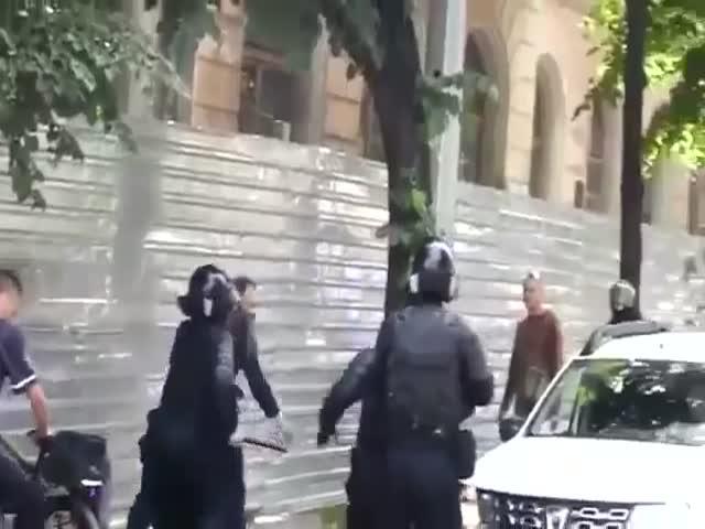 В Кишиневе на марше ЛГБТ священник подрался с полицейскими