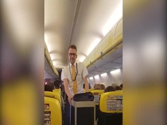 Стюарт исполнил перед пассажирами танец Бритни Спирс из клипа Toxic
