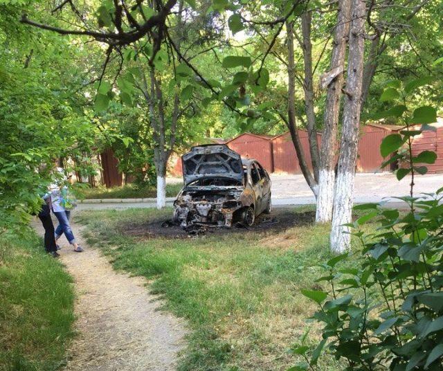 В Симферополе массово поджигают неправильно припаркованные автомобили (4 фото)