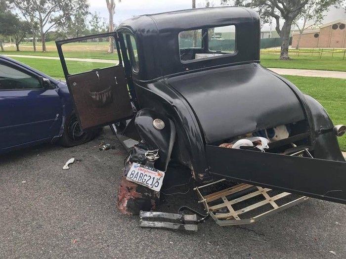 В США водитель отвлекся на телефон и врезался в раритетный Ford Model A 1931 года (4 фото)