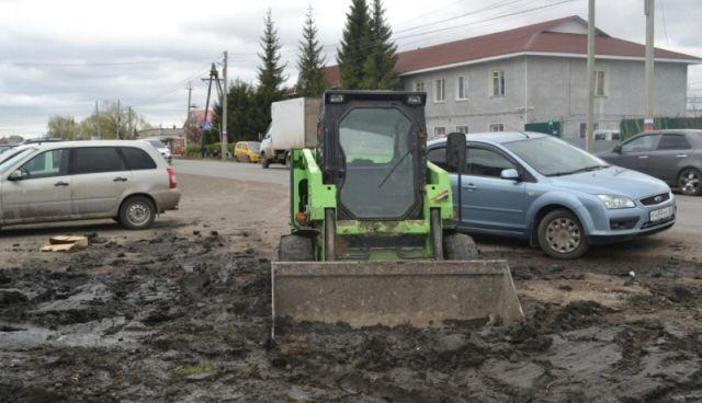 В Омской области мужчина угнал погрузчик, чтобы вытянуть застрявший автомобиль, но его план провалился (3 фото)