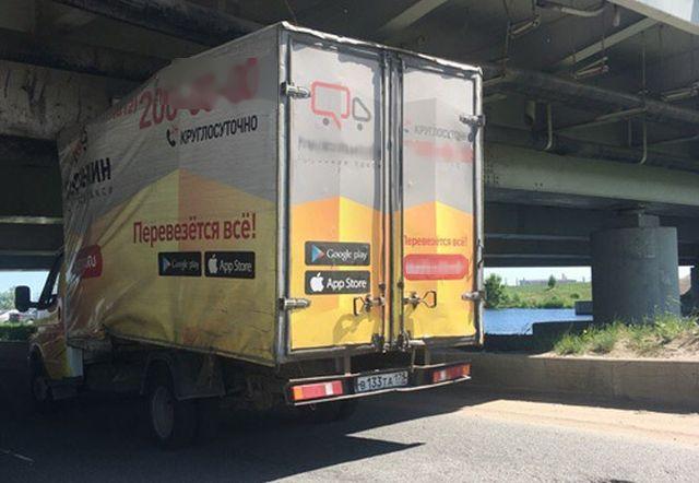 Под «мостом глупости» в Санкт-Петербурге вновь застряла «Газель» (4 фото)