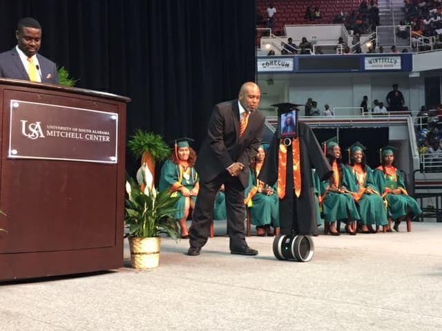 В США робот получил аттестат вместо школьницы  (5 фото)