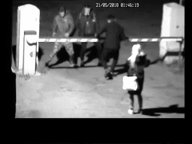 В Ангарске нетрезвые молодые люди выломали шлагбаум