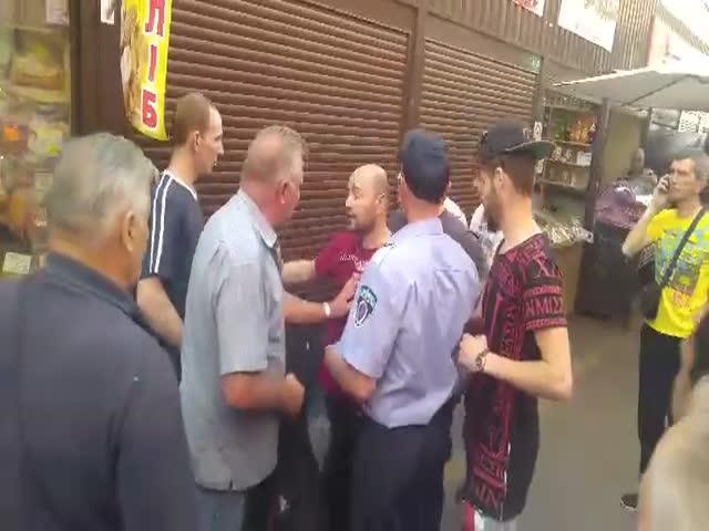 Кавказцы избили пожилого мужчину на киевском рынке
