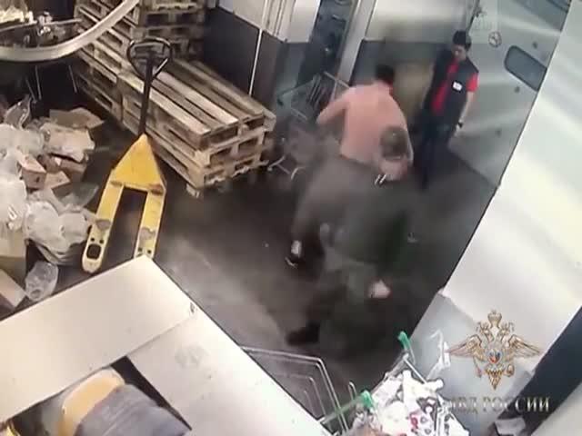 Сотрудники супермаркета избили клиента