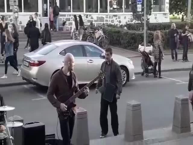 Уличный музыкант преподал урок назойливому прохожему