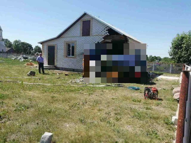 В Белоруссии возвращавшийся с рыбалки водитель въехал в дом (4 фото)