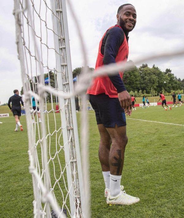 Правозащитники требуют исключить Рахима Стерлинга из сборной Англии по футболу за татуировку (3 фото)