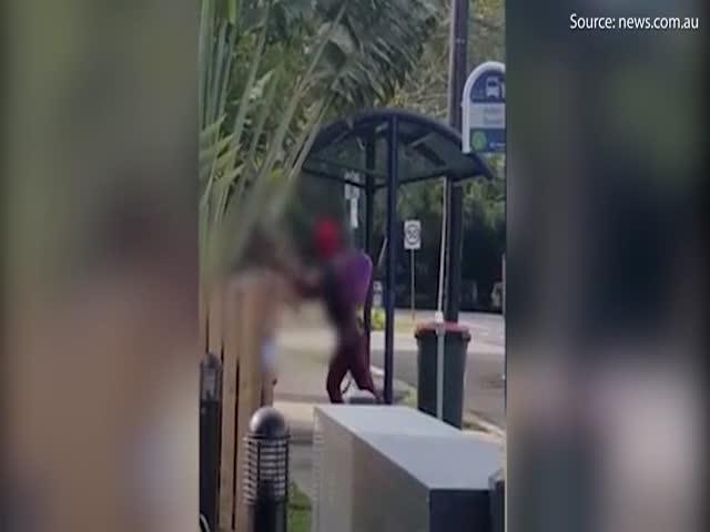 Драка с участием Дэдпула на автобусной остановке