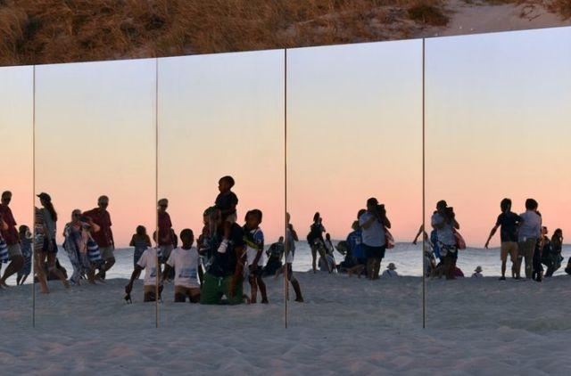 """Зеркальный """"остров"""" на австралийском пляже (8 фото)"""