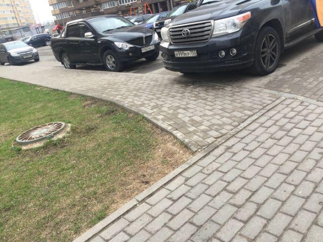 Наказание за парковку на тротуаре (4 фото)
