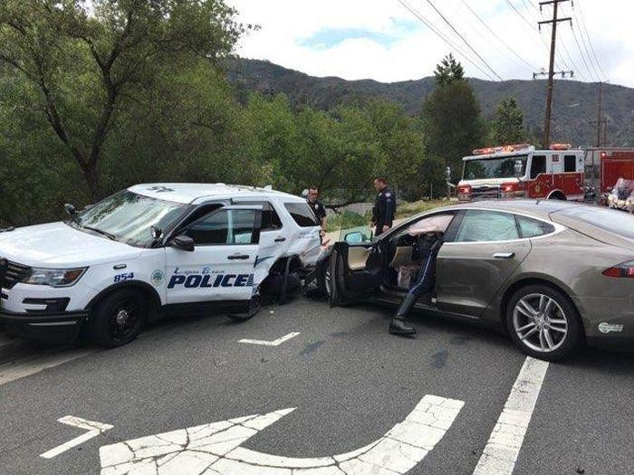 Tesla на автопилоте врезалась в полицейский автомобиль (3 фото)