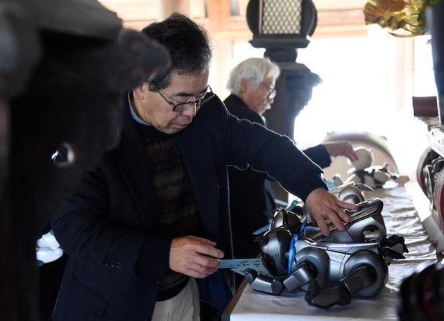 Как хоронят домашних роботов в Японии (3 фото + видео)