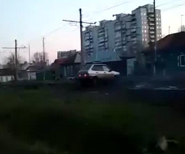 Пьяный водитель пытается заехать во двор через закрытые ворота