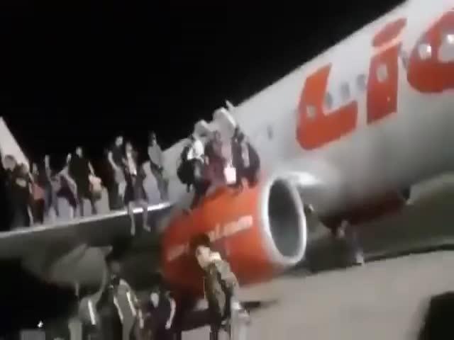 Шутка о бомбе стала причиной панике на борту самолета