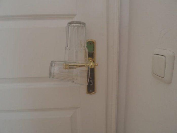 Самодельная сигнализация в номере отеля (3 фото)
