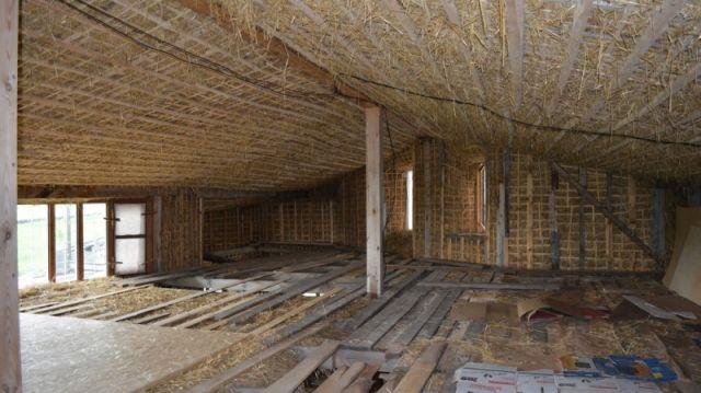 Жители Воронежской области построили дом из соломы (3 фото)