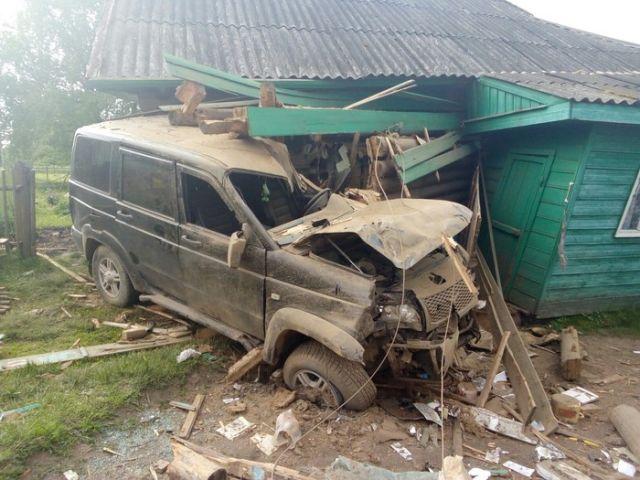 Пьяный водитель УАЗа въехал в жилой дом (3 фото)