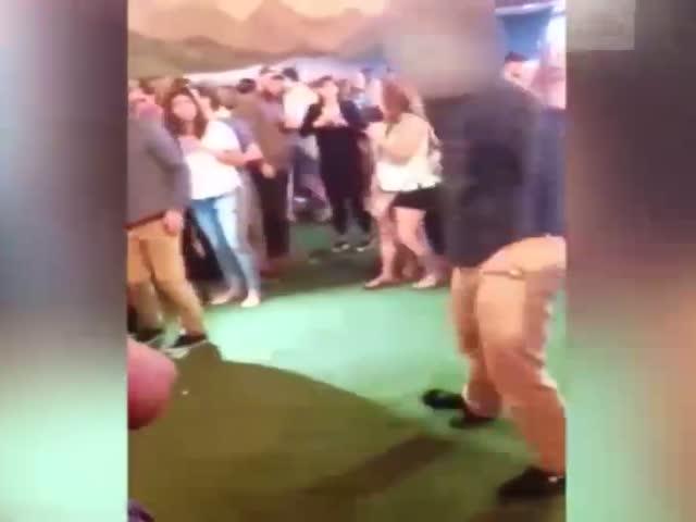 Агент ФБР едва не застрелил посетителя клуба