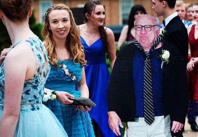 Американская школьница отправилась на выпускной с картонной фигурой Дэнни Де Вито (5 фото)