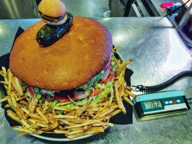 Съев этот бургер, вы заработаете 500 долларов, но сделать это нереально (3 фото)