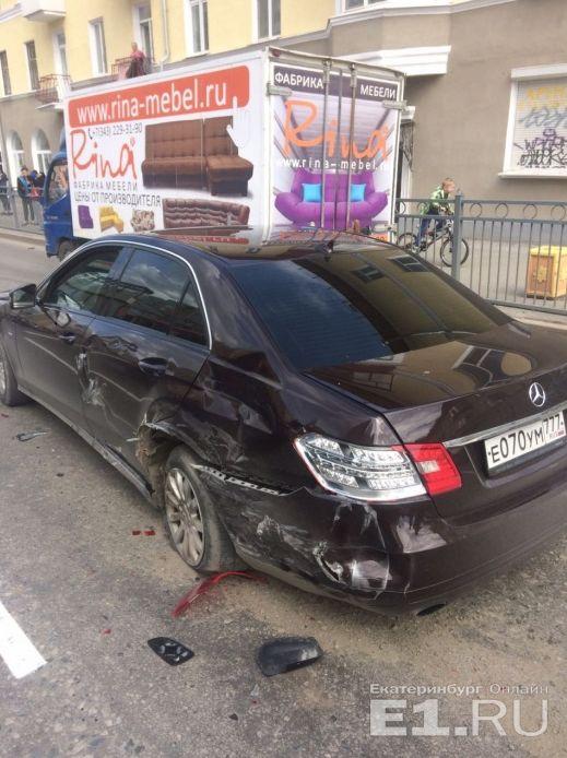 В Екатеринбурге сотрудник ГИБДД на мотоцикле попал в аварию (5 фото + видео)