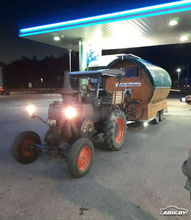 Немец едет на ЧМ-2018 на тракторе (6 фото)