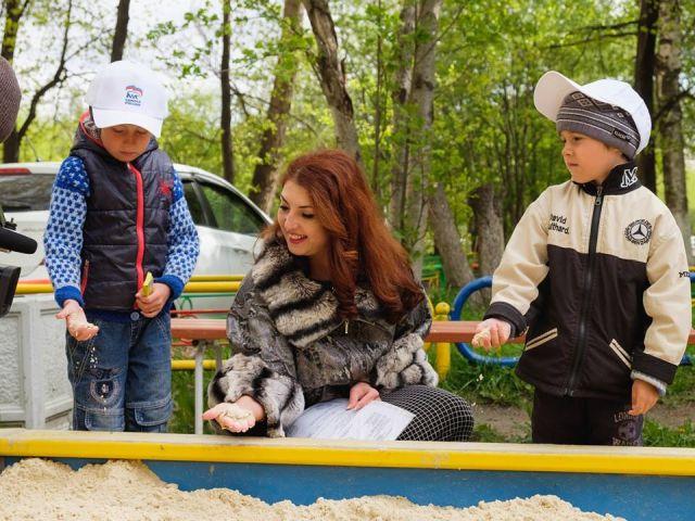 Свердловская чиновница устроила фотосессию в мехах у детской песочницы (4 фото)
