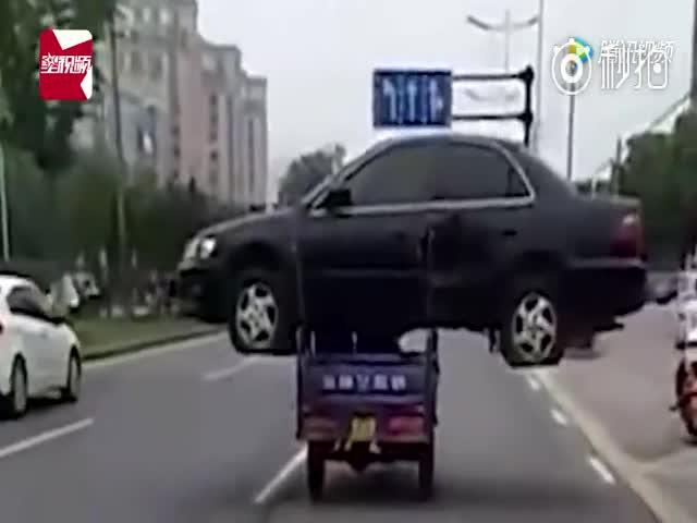 Китаец перевозил авто на мотоцикле