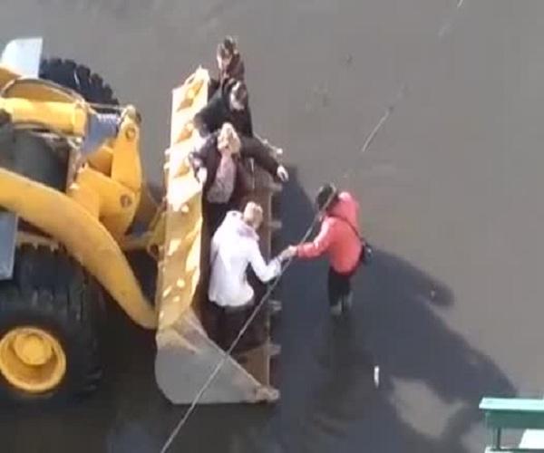 Новый вид общественного транспорта в затопленном якутском поселке
