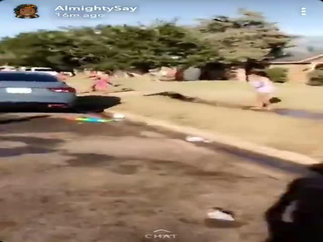 В США женщину полицейского облили водой и повалили в грязь