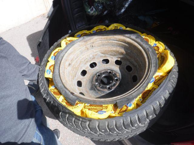 Водитель пытался провезти контрабандный сыр в колесе (2 фото)