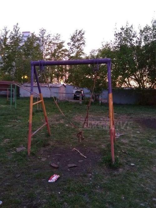 «Детская площадка смерти» в Омске (5 фото)