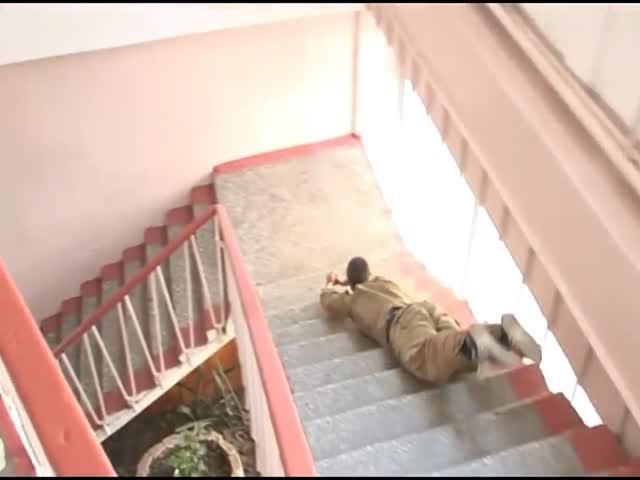 Российские солдаты спускаются по лестнице