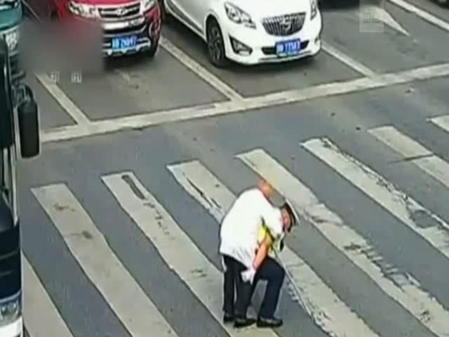 Китайский полицейский перенес пенсионера через дорогу