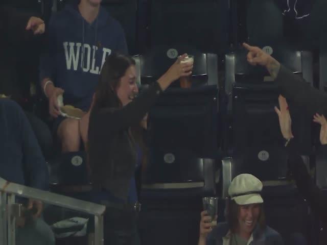 Болельщица поймала мяч стаканом с пивом