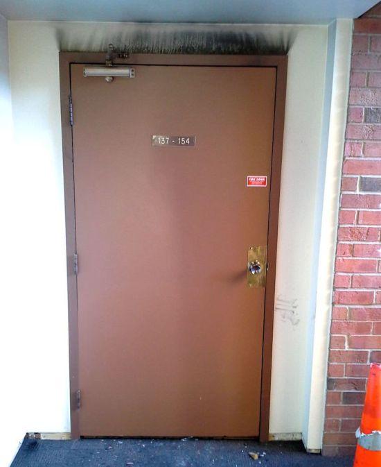 Противопожарная дверь (2 фото)