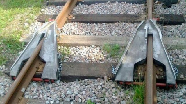 Как возвращают на рельсы сошедшие вагоны (3 фото)