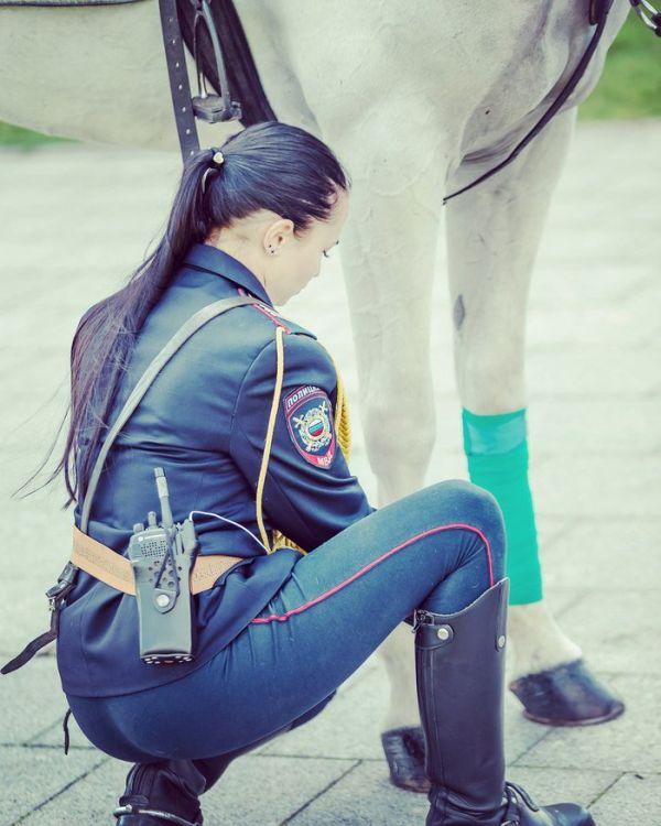 Сотрудница российской конной полиции понравилась японцам (5 фото)