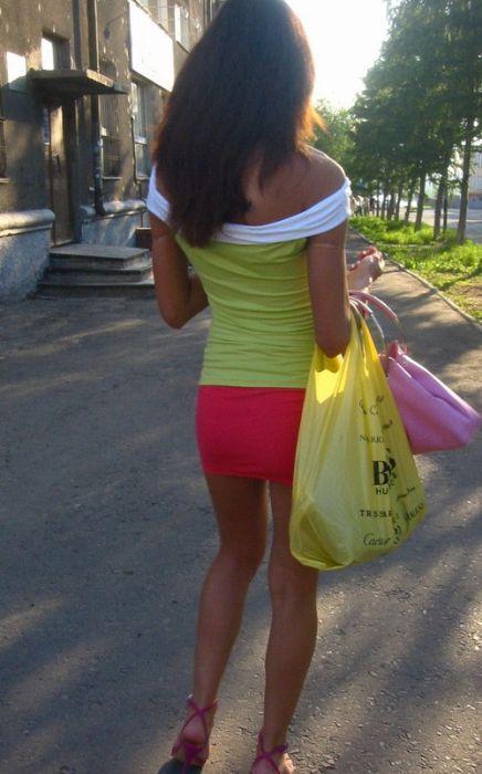 Девушки в коротких юбках (33 фото)