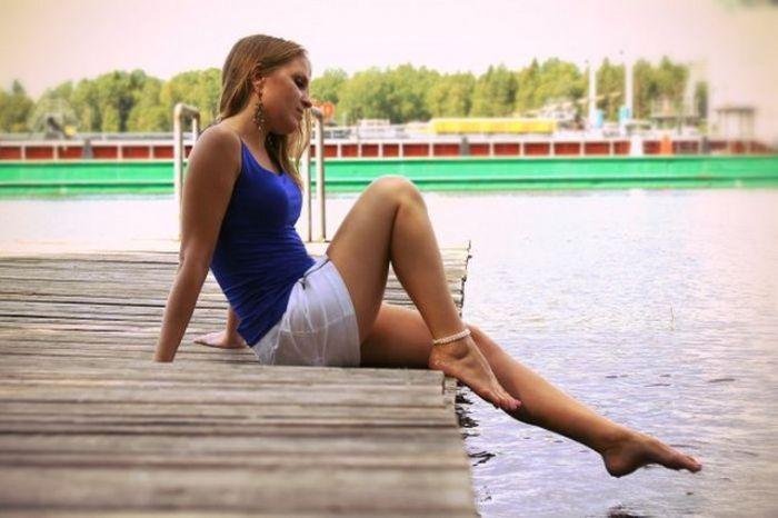 foto-devushek-v-korotkih-yubkah-i-kupalnike